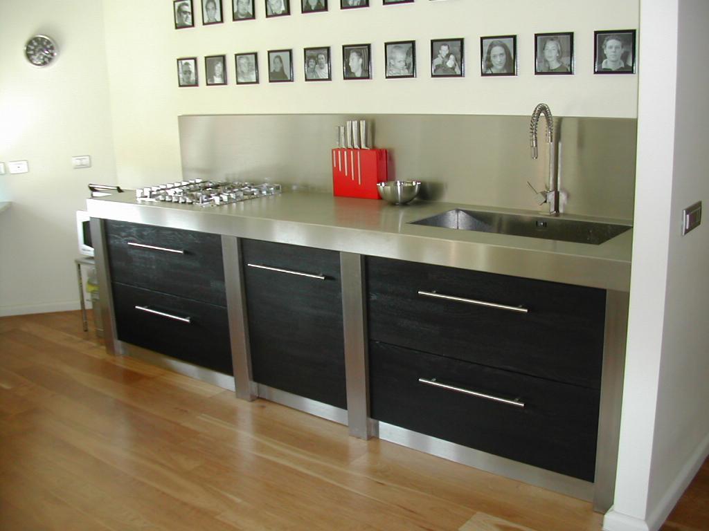 Cucina in acciaio e legno.  stefanopezziafornero